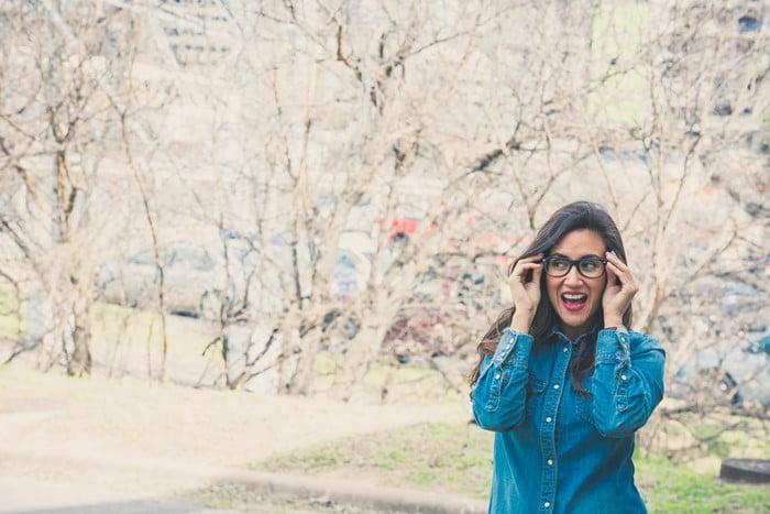 Para solucionar el tema la comodidad al momento de portar gafas, en el mercado existen desde hace mucho años las gafas progresivas fotocromáticas.