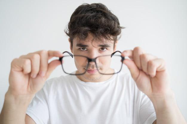 ¿Quieres que tus gafas te duren mucho tiempo?. Presta mucha atención a los consejos para cuidar tus gafas graduadas que te ofreceremos en este artículo. Están basados en los más de 22 años de experiencia como óptica en Figueres, Girona.